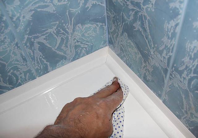 Как заделать силиконом швы между ванной и стеной
