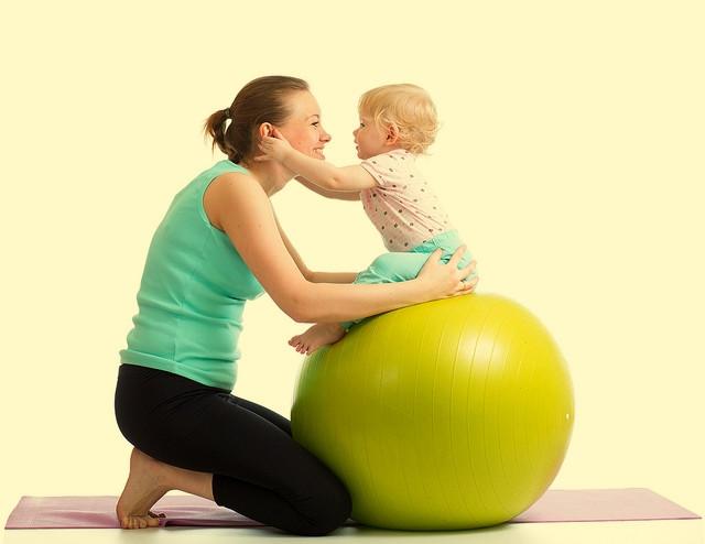 20 простых игр на физическое развитие малыша