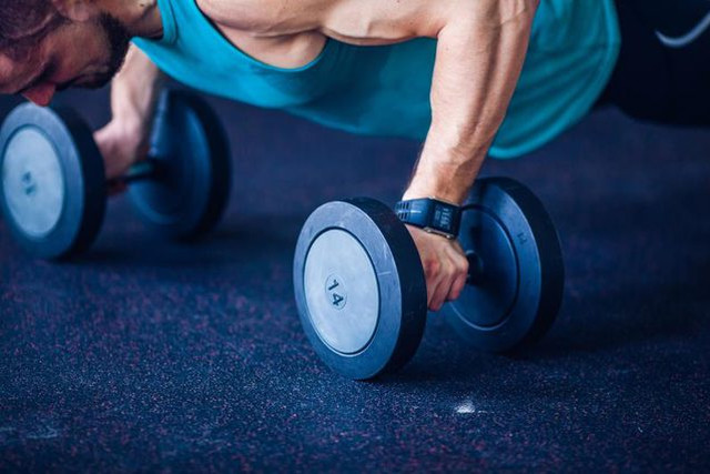 Отжимания на гантелях: прокачиваем все мышцы