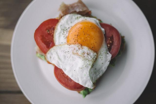 Как пожарить яйца: лучшие рецепты яичницы